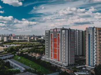 Вид на жилой комплекс с улицы Лобачевского